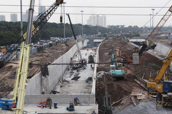 Để hoàn thành dự án nút giao thông Trung Hòa trước thời hạn 6 tháng, Ban Quản lý yêu cầu đơn vị thi công tập trung đẩy nhanh tiến độ, thi công 3 ca liên tục. Phần hầm qua gầm cầu cạn sẽ được nối tiếp với đoạn hầm hở của dự án đường Đại lộ Thăng Long.