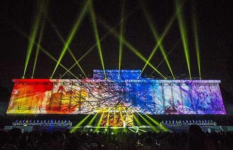 Lần đầu tiên, chương trình sử dụng công nghệ tái tạo không gian 3 chiều bằng ánh sáng kết hợp trình diễn nghệ thuật có quy mô hoành tráng nhất từ trước đến nay.