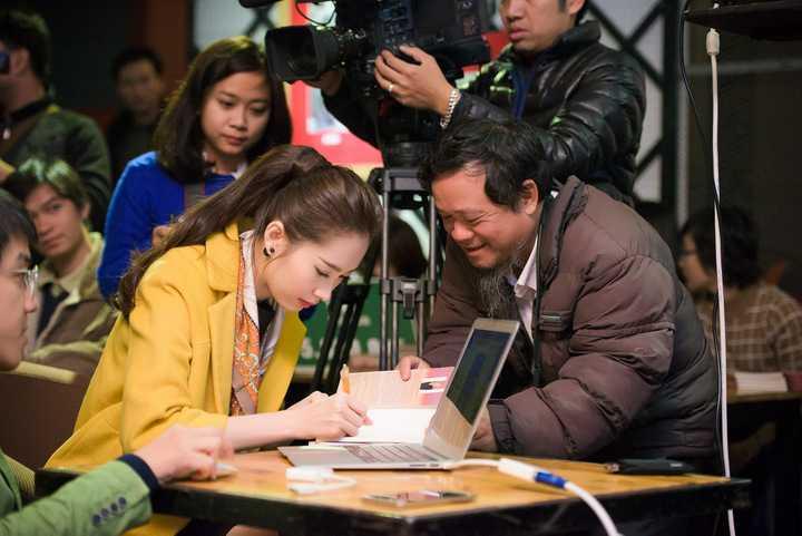 Rất đông độc giả đã cùng đến ủng hộ chương trình và xin chữ kí tặng của Hoa hậu Việt Nam 2012.