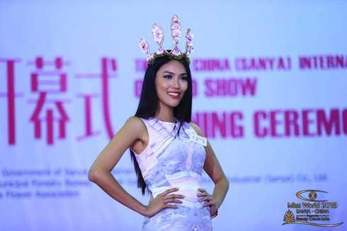 Đại diện Việt Nam tự tin trình diễn chiếc vương miện được kết từ Hoa trong ngày hội Handmade Orchid Crowns.