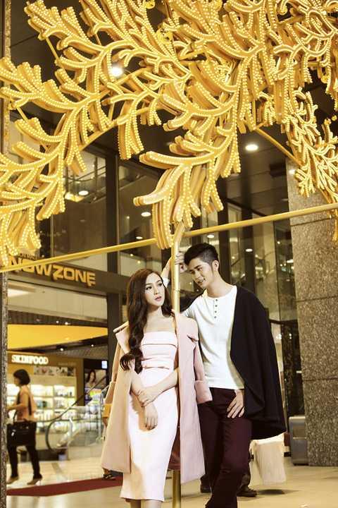 Sau nhiều lần hợp tác với những bộ ảnh thời trang và tham gia diễn xuất trong MV đầy ấn tượng của ca sĩ Ray Võ, hotgirl Kelly Nguyễn tiếp tục xuất hiện cùng anh chàng này bằng những hình ảnh mùa đông lãng mạn trong dịp Noel.