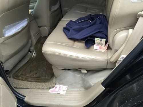 Một số tờ tiền mệnh giá 50.000 đồng, 100.000 đồng rơi vãi trong xe khi lực lượng chức năng kiểm tra. Ảnh: Minh Thùy.