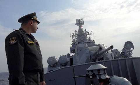 Đại úy Alexander Shvarts đứng bên cạnh ụ pháo trên chiến hạm Moskva