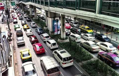 Trong khi dân Thái Lan, Indonesia dễ dàng mua được ôtô với giá rẻ thì tại Việt Nam, giá ôtô quá đắt đỏ.