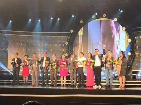 Lãnh đạo các đơn vị lên nhận giải trong đêm bế mạc LH Truyền hình lần thứ 35