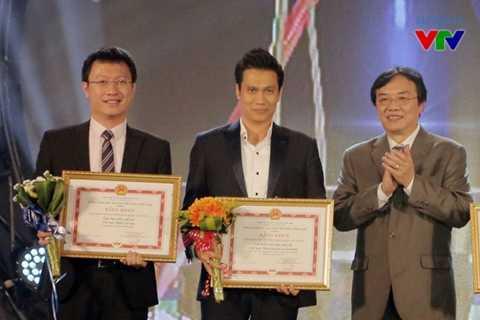 Đạo diễn Lương Minh Đức và diễn viên Việt Anh nhận giải thưởng cá nhân   từ ông Phạm Việt Tiến - Phó Tổng Giám đốc Đài THVN, Chủ tịch LHTHTQ lần   thứ 35