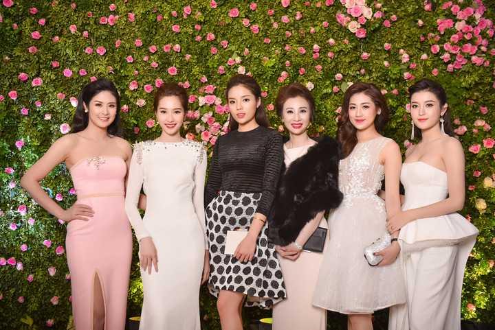 Hoa hậu Thu Thảo hội ngộ Hoa hậu Ngọc Hân, Hoa hậu Kỳ Duyên cùng Á hậu Tú Anh và Á hậu Huyền My