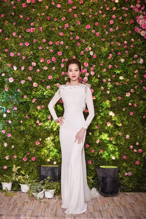 Hoa hậu Thu Thảo vẫn rạng rỡ với vẻ đẹp mong manh thường thấy