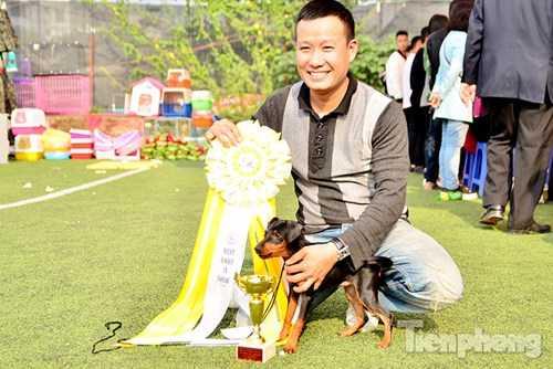 Những người đoạt giải vui mừng chụp ảnh kỷ niệm cùng chú chó của mình