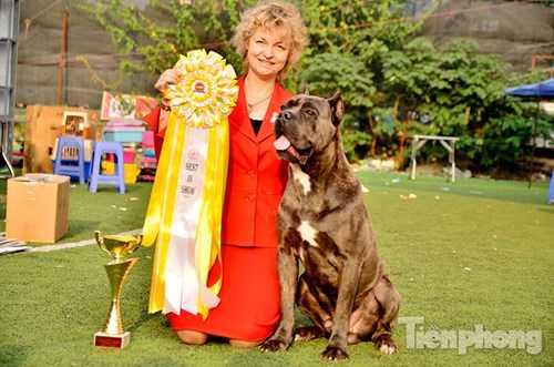 Bà Olga Shilova vui mừng vì chú chó đoạt giải cuộc thi.