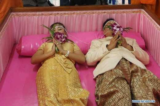 Nghi lễ độc đáo này dành cho các cặp vợ chồng mới cưới ở Thái Lan nhằm thể hiện sự gắn bó mãi mãi với nhau.