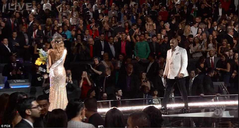 Khoảng khắc MC Steve Harvey quay lại sân khấu để xin lỗi khán giả, Adriadna vẫn đang vẫy chào khán giả