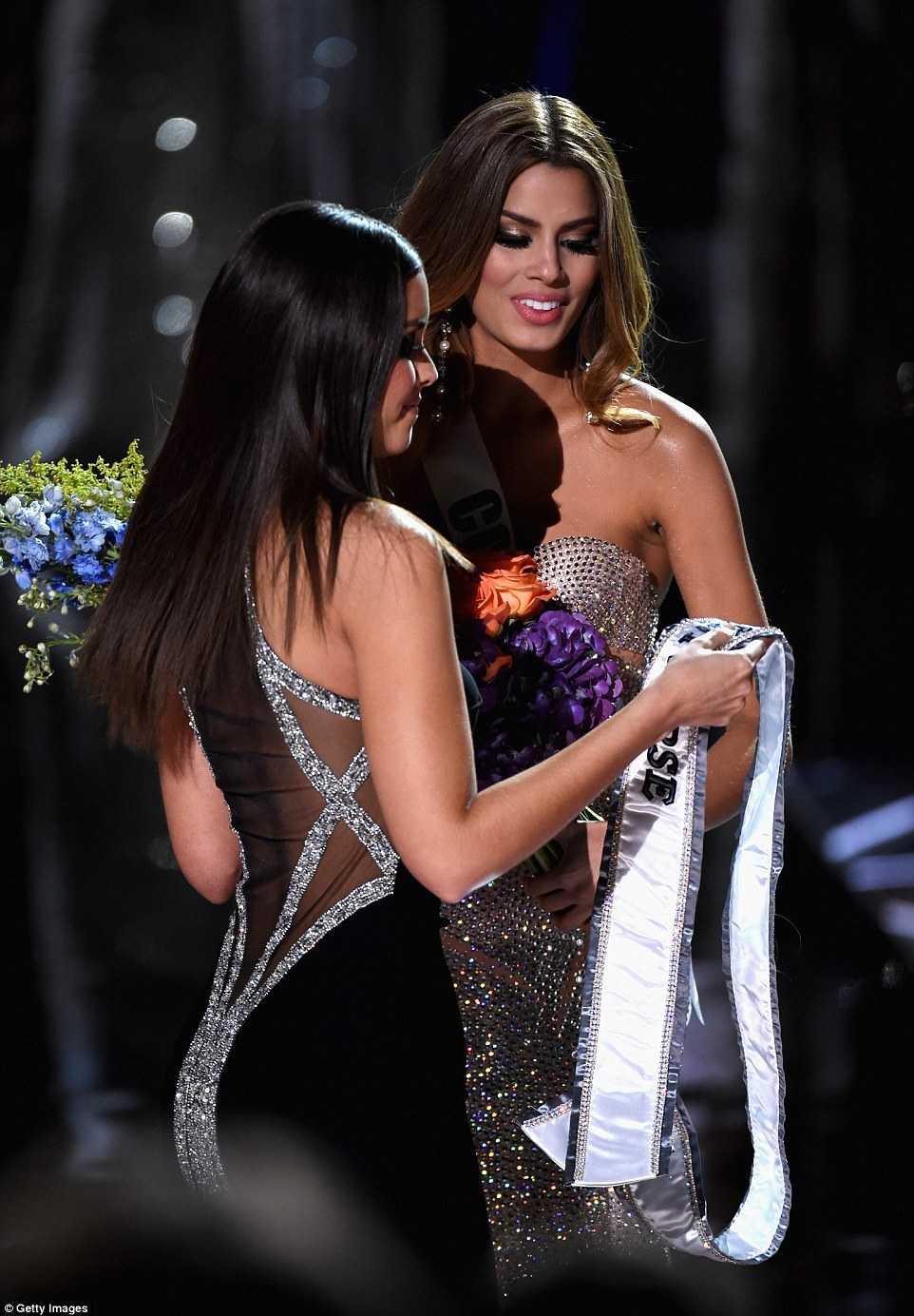 Ê chề hơn khi dải băng Miss Universe 2015 cũng bị lấy lại ngay trên sân khấu