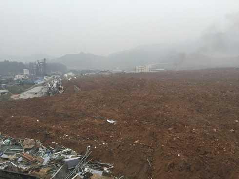 Do lượng đất loại tích lũy quá nhiều, độ dốc lớn dẫn đến phần đất này mất ổn định và bị lở. (ảnh: Reuters).