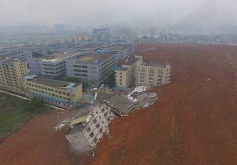 Trận lở đất bắt nguồn từ một ngọn đồi nhân tạo, nơi đất đá xây dựng được dồn nén ở đó và cao tới hơn 100m