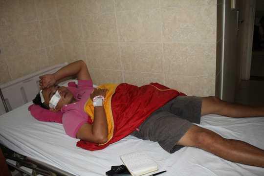 Nạn nhân được người dân hỗ trợ đưa vào bệnh viện điều trị