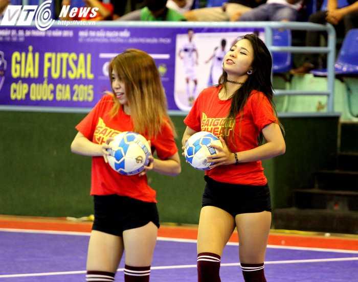 Đội cổ vũ Saigon Hot Girls là một trong những nét hấp dẫn của giải Futsal cúp QG 2015 (ảnh: Hoàng Tùng)