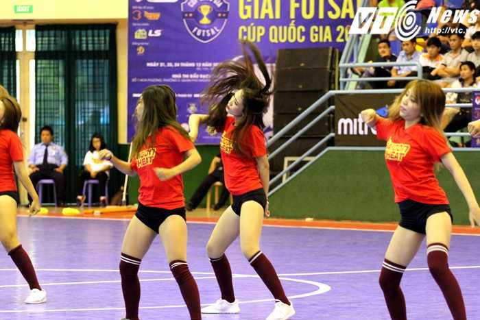 Vũ đạo bốc lửa trên nền nhạc sôi động của dàn cổ động Saigon Hot Girls (ảnh: Hoàng Tùng)