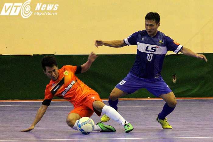 HLV trưởng kiêm cầu thủ - Nguyễn Bảo Quân (áo xanh) của Thái Sơn Nam (ảnh: Hoàng Tùng)