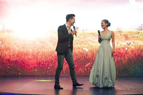 Đức Tuấn tham gia một tiết mục biểu diễn cùng diva Hồng Nhung, góp thêm không khí hào hứng cho chương trình.