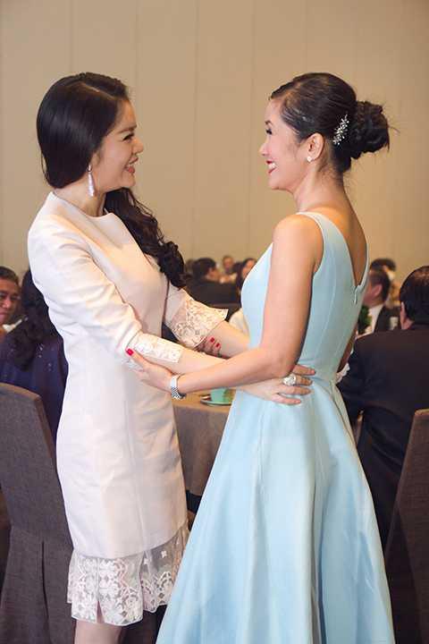 Lý Nhã Kỳ tay bắt mặt mừng khi gặp nữ diva Hồng Nhung tại sự kiện.