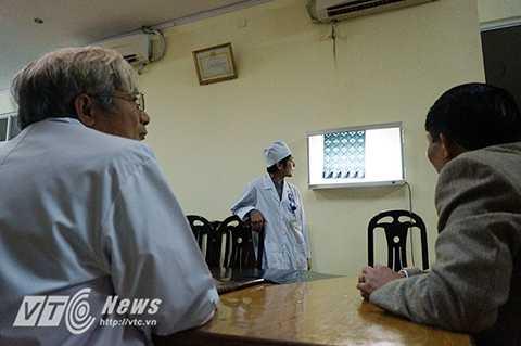 Các bác sĩ đang hội chẩn, đưa ra phương án điều trị cho từng bệnh nhân (Ảnh: Việt Linh)