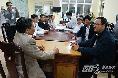 Ông Đỗ Văn Doanh Giám đốc sở y tế tỉnh Vĩnh Phúc đang trao đổi với ông Khuất Việt Hùng  về tình hình của các bệnh nhân được điều trị tại bệnh viện.