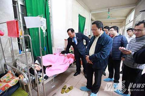 Ông Khuất Việt Hùng đến thăm hỏi và động viên các nạn nhân của vụ tai nạn.