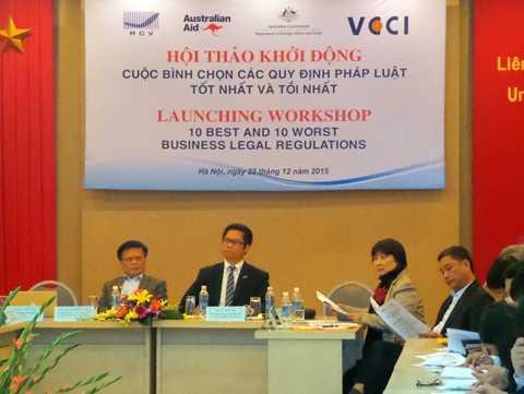 Chủ tịch VCCI Vũ Tiến Lộc và các chuyên gia trong Hội thảo khởi động bình chọn các quy định pháp luật tốt nhất và tồi nhất.