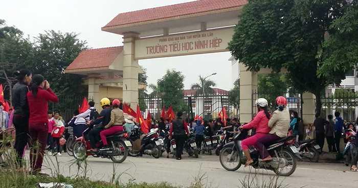 Hàng trăm người dân và học sinh tụ tập trước cổng tiểu học Ninh Hiệp (Gia Lâm, Hà Nội)