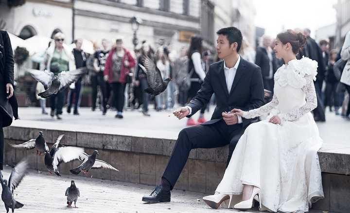 Sau khi hé lộ ông xã doanh nhân trong bộ ảnh trước đó được chụp tại Đà Nẵng – Hội An, mới đây Á hậu Diễm Trang đã chia sẻ bộ ảnh cưới chính thức của hai vợ chồng được chụp tại châu Âu vào những ngày mùa đông lạnh giá.