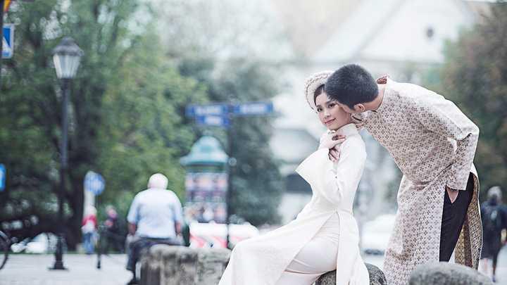 Vốn thuộc tuýp người truyền thống, Diễm Trang và chồng rất thích tà áo dài và quyết định đặt riêng áo dài để chụp hình cưới.