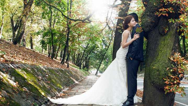 Cô diện váy cưới ngắn của NTK Đỗ Mạnh Cường, còn ông xã diện trang phục vest bảnh bao của thương hiệu Dior.