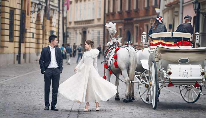 Bên cạnh đó cô và ông xã còn diện trang phục áo dài truyền thống của Việt Nam để thực hiện trên đường phố Châu Âu.