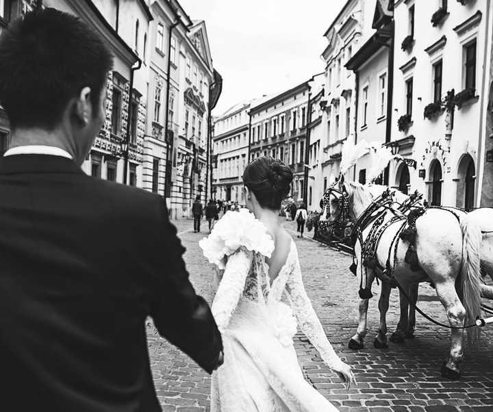 Để hoàn tất bộ ảnh, vợ chồng Diễm Trang đã cùng nhiếp ảnh gia Luciola Nguyễn, stylist Nguyễn Hồng Hạnh và chuyên gia trang điểm Phước Lợi đi cùng để hỗ trợ ghi lại những khoảnh khắc đẹp ở 2 thành phố lớn ở Ba Lan là Krakow và Warsaw.