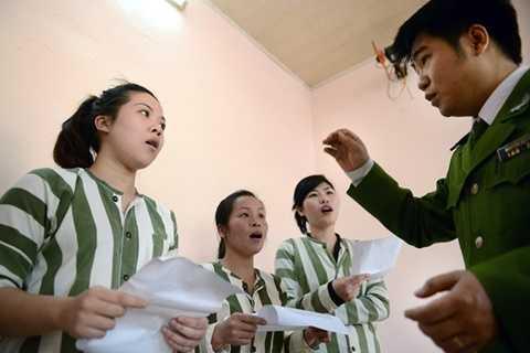 Cán bộ trại tạm giam số 1 Công an Hà Nội hướng dẫn phạm nhân tham gia sinh hoạt văn hóa văn nghệ năm 2013. Ảnh: Mạnh Thắng/ Zing.vn
