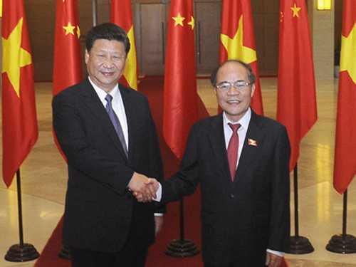Chủ tịch QH Nguyễn Sinh Hùng hội kiến Tổng Bí thư, Chủ tịch Trung Quốc Tập Cận Bình trong chuyến thăm Việt Nam tháng 11/2015 - Ảnh: TTXVN