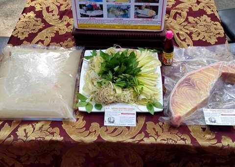 Khi mua cá, người dân sẽ được tặng kèm theo rau sạch và nước chấm.