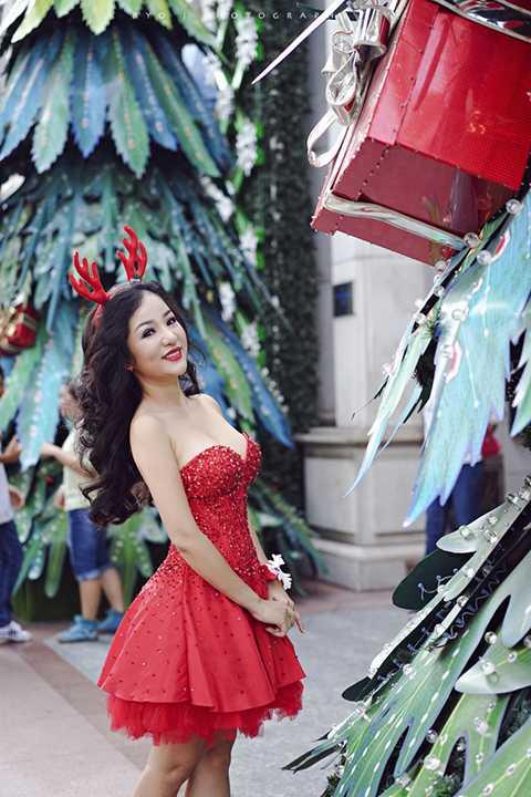 Ngày 25/12, Thúy Nga sẽ bay về Mỹ đón Noel và Tết Tây cùng gia đình và con gái. Đến ngày 25/01/2016, nữ danh hài sẽ quay lại Việt Nam chuẩn bị cho buổi ra mắt sản phẩm mới. (Ảnh: Ryo Vo; Trang điểm: Trọng Nguyễn)