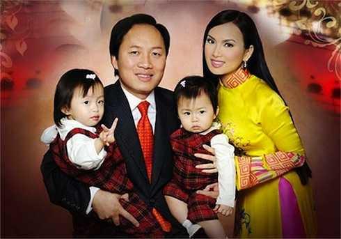 Vợ chồng Hà Phương - Chính Chu và hai con gái.