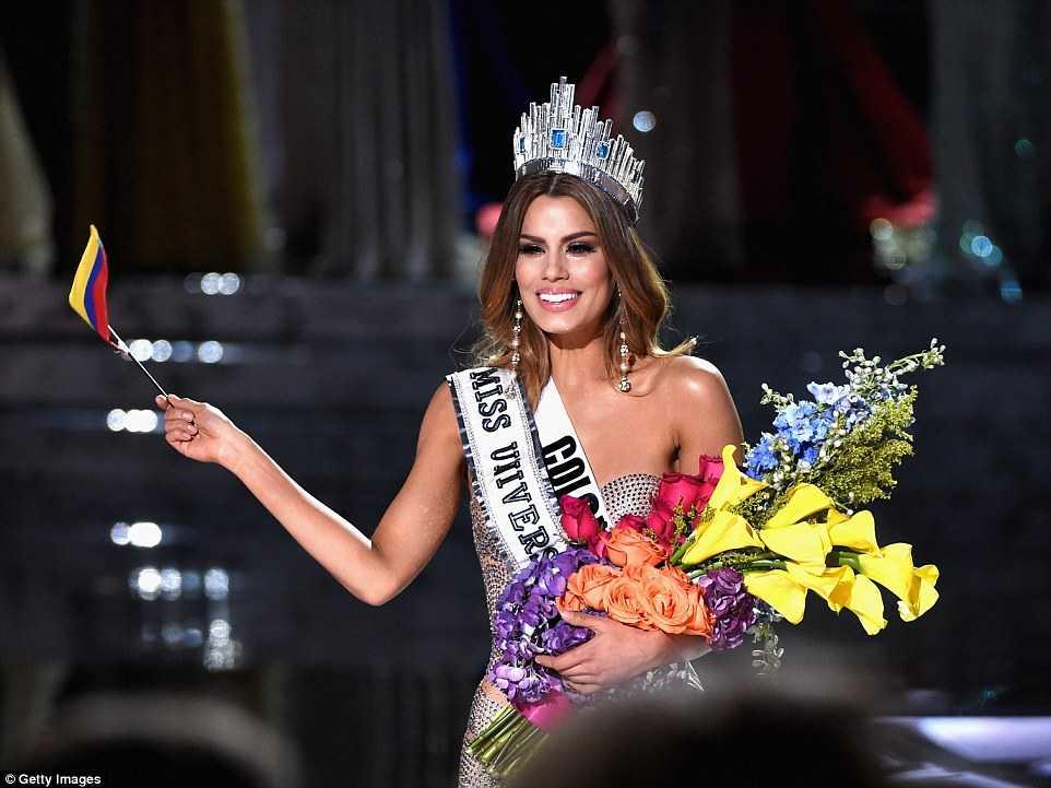 Cô đội vương miện và vẫy lá cờ Colombia trước hàng trăm triệu khán giả trên toàn thế giới