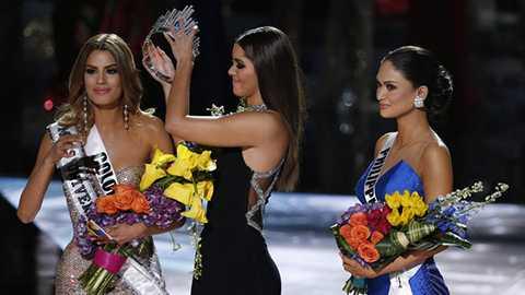 Vì chỉ sau đó ít phút, sự nhầm lẫn của MC Steve Harvey đã khiến hoa hậu Colombia phải trả lại vương miện cho hoa hậu Philippines.
