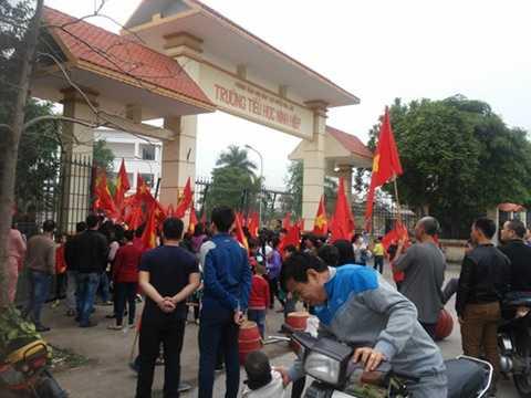 Cảnh học sinh ở xã Ninh Hiệp tập trung phản đối xây trung tâm thương mại sáng 23/12