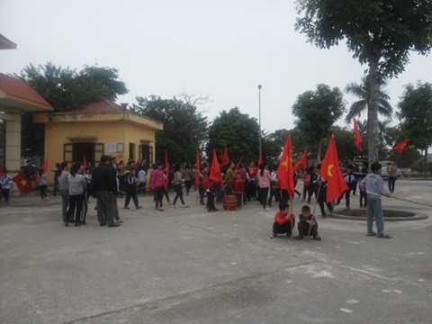 Đến hơn 11 giờ trưa, đám đông tạm giải tán về ăn cơm