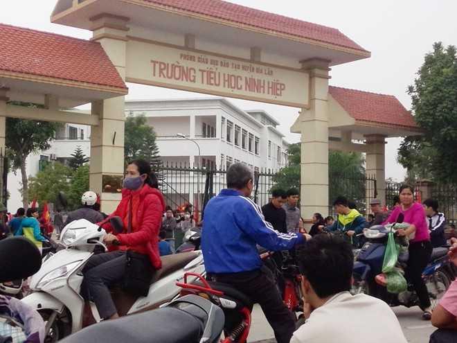 Cổng trường tiểu học Ninh Hiệp luôn trong tình trạng đông đúc mấy ngày nay. Ảnh: Huỳnh Anh.