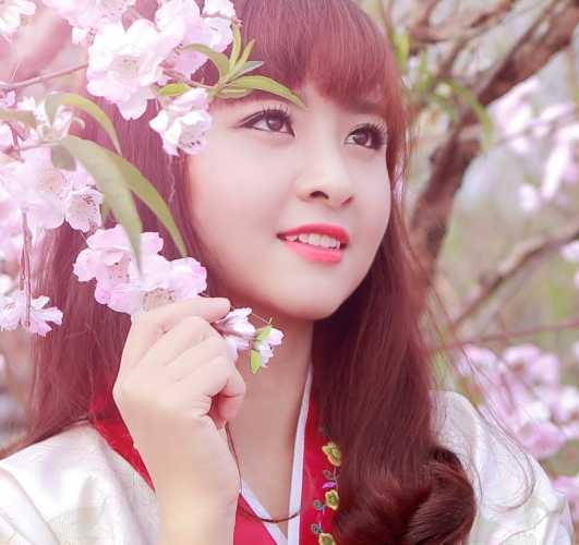 Thủy đẹp dịu dàng và nền nã trong trang phục Hanbok.