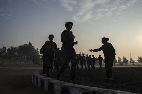 Nữ binh sỹ tập luyện tại trung tâm ở Damascus