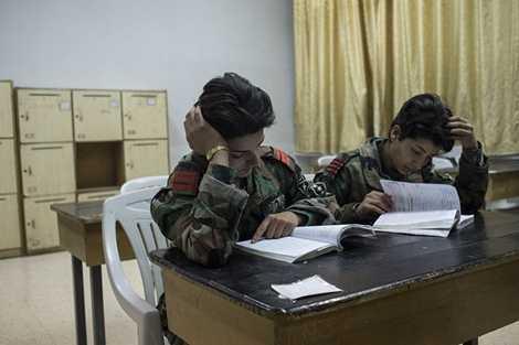 Các nữ binh sỹ cũng phải học các môn lý thuyết trong học viện