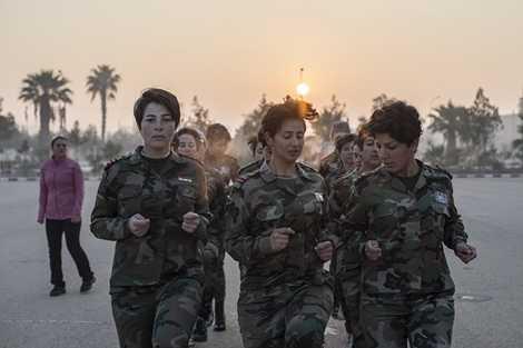 Các nữ binh sỹ trong khi tập luyện
