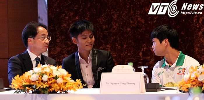 Công Phượng và chủ tịch CLB Mito Hollyhock tại buổi ký hợp đồng